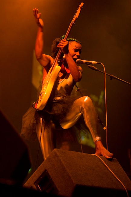 The-Noisettes-at-Wembley-12.jpg